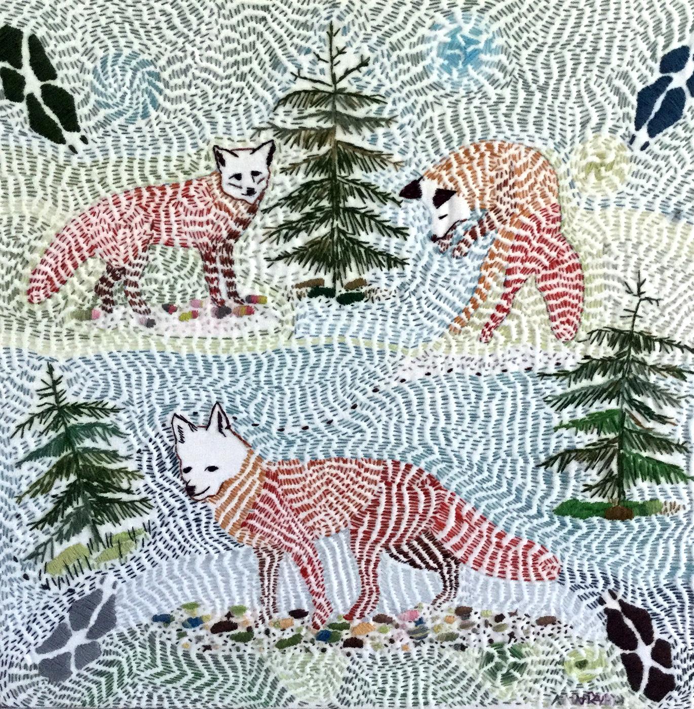 Fritt broderi av Ann Rydh som föreställer rävar granar och spår av räv