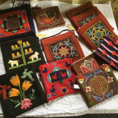Olika väskor och börs i yllebroderi