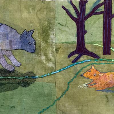 fritt broderi av Ann Rydh en blå katt och en råtta i en skog vid ett grönst snöre