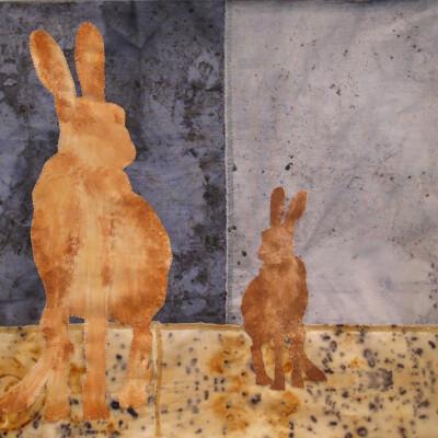 Broderad bild av två harar,blå bakgrund
